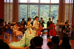 美しい音楽に見送られ、花嫁、花婿役のお二人(ソプラノ、テノール)の退場です