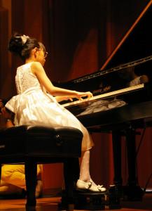 プレミアム・ゲストは、第28回全日本ジュニアクラシック音楽コンクール小学生の部第5位の細矢真央ちゃん。メンデルスゾーンとショパンの難曲を鮮やかに披露してくれました