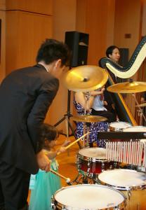 午後の部はドラム、ハープそしてピアノの演奏体験!アーティストのリードの下、子どもたちは楽しそうに楽器と触れ合っていました