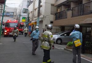 現場付近に集まる消防隊や救助隊員ら(5月6日)