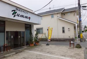 5月10日現在、まだ看板は以前のままとなっている。右側のポールがバス停(下田町方面行)