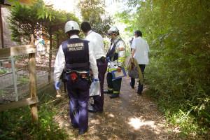 ボヤが起きた現場を検証する警察官と消防隊員ら(5月14日13時45分ごろ)