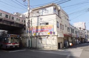 旧「綱島駅ビル」の一部建物上には東横線が走っている