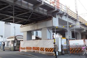 綱島駅周辺では大倉山寄りの駐輪場付近などで高架橋の補強工事が行われてきた(2016