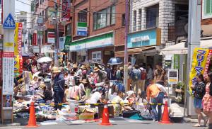 日吉中央通りでの初フリーマーケットは、歩道の通行も大変になるほどの混雑もみられ、周辺店舗も「通常以上の売上」を上げる店舗が続出。大成功のうちに終了した