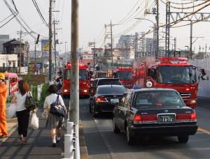 多数の消防車が綱島街道に集まり付近は一時騒然としていた