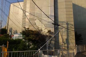 日吉台学生ハイツ解体現場の防護ネットが焼けた