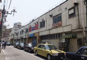 閉店直後のままで残っている綱島駅ビル(2016年5月22日)