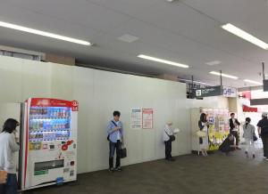 既に駅構内側の入口は工事用の壁で封鎖されている(5月22日)