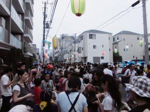 昨年の南日吉商店街における夜店の様子
