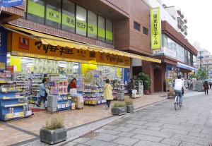 マツモトキヨシ綱島店の右隣は「ハックドラッグ綱島西店」となっている
