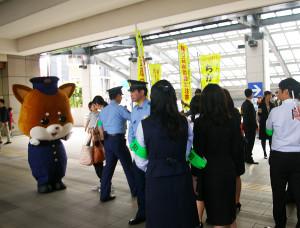 東急線日吉駅前地上コンコースにて痴漢防止キャンペーンを実施。日吉初来訪の港北警察のキャラクター「ぽのちゃん」も痴漢防止を呼び掛け