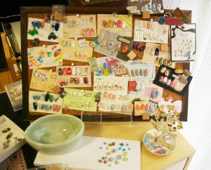 MEGUMIさん作成・アレンジの様々なネイルアートの素材。ウォーターケア時に利用する陶器のフィンガーボールもMEGUMIさんが日吉のスクールで手作りした草木柄というこだわりも