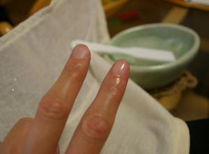 右側の人差し指の甘皮(あまかわ)を取り、磨き、少々オイルをつけただけで、透明マニキュアを付けたかのような輝きが。左側の中指との差が歴然と。数日たった今も、この輝きが続いている。今は「日常生活の中で、短い爪でネイルを楽しんだり、手や足をケアしたりするのがトレンドなんです」とMEGUMIさん