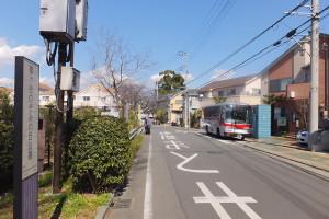 「さくらが丘」バス停は川崎市中原区井田3丁目にあり、左手は高津区蟹ヶ谷、手前は港北区下田町3丁目と付近は3つの区が入り混じっている