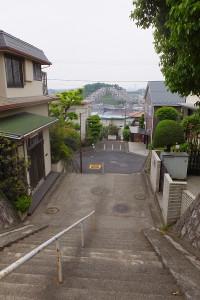 高田町の住宅街にある坂道