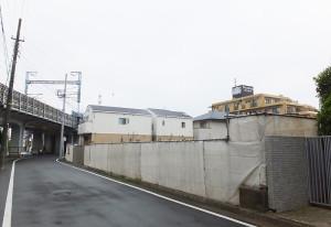 「ココファン日吉7丁目」の建設予定地、左側は東海道新幹線の高架橋、奥に見えるのはライオンズマンション