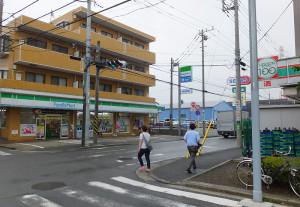 日吉七郵便局の交差点付近には種類の異なる3件の店が並んでいる