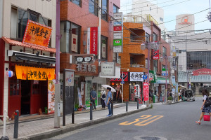 「沖縄食堂チャンプル×チャンプル」は日吉駅からすぐの中央通りにある