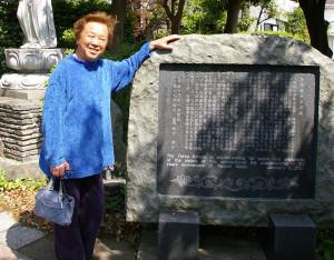 旅行作家の田辺雅文さん。実は下田町で350年続く旧家の14代目当主。歴史を記した碑の文章も自身が執筆した。弟は国際的な造形作家の田辺光彰(みつあき)さん(2015年没)。「弟は私と違って旅をしなかったのですが、後に世界で活動することになったのは不思議なものです」と話す