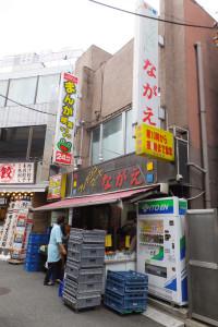 日吉駅西口から徒歩1分程度、浜銀通りと中央通りの間にあるスーパー「ながえ」