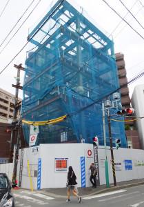 駅に近い綱島西2丁目で建設が進む5階建てのビル