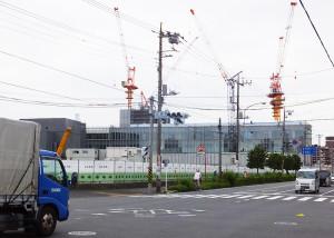 アピタ横浜綱島店は北綱島交差点すぐの場所に建てられる。奥に見えるのは米アップルの研究所(2016年6月撮影)
