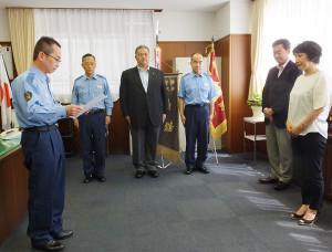 港北警察署の陶山署長(左)から感謝状を受けた「いなげや横浜綱島店」の石澤さん(右)