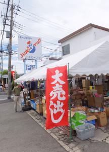 閉店セールの初日となった6月25日は店頭に特設テントも登場し、多くの客で賑わっていた