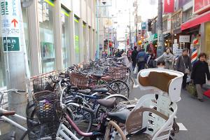 綱島駅西口の商店街は公道が駐輪場状態になっている