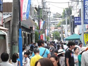 南日吉商店街にある「メグミマーケット」(左側)周辺は夜店などの祭りの日に地元住民が多く集まり活気にあふれる