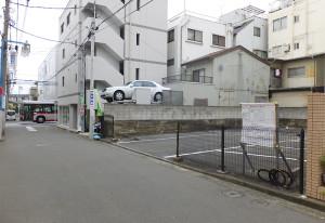計画地は最近まで駐車場として使われていた。左手が「浜銀通り」