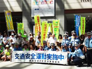 昨年度の開催の様子。日吉駅や街関係者が集結し、夏の交通安全を呼び掛けた(写真:港北区役所提供)