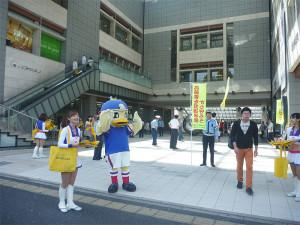 横浜F・マリノスのマリノスケは昨年2015年12月に「港北区安全安心大使」に就任!日吉駅コンコースに参上!トリコロールマーメイズもダンスで場を盛り上げる予定(写真:港北区役所提供)