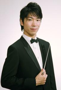 音楽監督・指揮の坂入さんは、慶應普通部の音楽部出身、慶應高、慶應大経済学部卒。指揮法を小林研一郎氏、井上道義氏らに師事。10年間日吉に通ったこともあり、「日吉の丘フィルハーモニー」設立メンバーとしても活躍。第1回から第3回目までの指揮者も務めた
