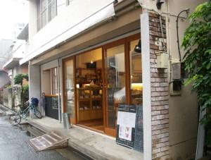 Mui(旧店名:もとえ珈琲)は、2013年に元住吉(木月祇園町)で開業。現在の木月3丁目、ブレーメン通りすぐの場所に移転して1周年。店名は今月7月13日に変更したばかり