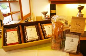 今年2016年4月から新たに誕生した「kamukana(カムカナ)」の焼菓子。コーヒーとのギフト組み合わせも人気