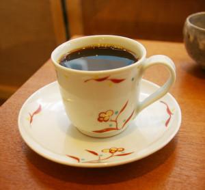 季節のおすすめコーヒー。「深みがあるまろやかなもの」をお願いしたら、やや深煎りだという「コロンビア ラミーロ セロン」をアレンジしてもらえました。作地面積わずか1ha(ヘクタール)だという小さな農地で非常に希少なコーヒーとのこと。ソーサー付きのコーヒーカップは京都の陶芸家・清水なお子さんの手作りというこだわりも