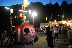 日吉宮前地区、熊野神社の夏祭り、沢山の人で賑わっていました。夜店や地域の皆さんのお店も大繁盛!太鼓響く神社の風情、心地よく感じられました。(H)