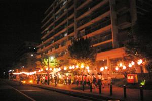 コンフォール南日吉の納涼・団地祭。地域の皆さんの夜店が多数並び、向かいの中央広場にもたくさんの人々が集いました