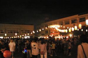 日吉台小で行われた日吉本町東町会の盆踊り大会もたくさんの人で賑わいました。地域の方による夜店も大盛況、終了時間の後も卒業生らが懐かしい母校に集っていました