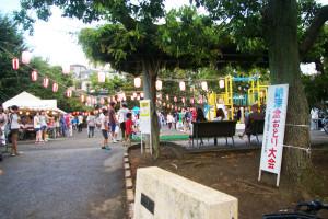 下田町・納涼盆踊り大会の最終日は下田町東公園にて開催。18時半の開始前の様子。慶應義塾大学の体育会学生や近隣住民、店舗の皆さんの出店も賑わっていました