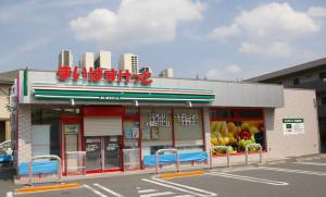 2016年8月12日(金)朝8時からの開店を待つまいばすけっと港北箕輪町店。オープン記念と思われる格安商品の販売についての貼り紙も(8月10日撮影)