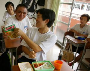 ハマ弁を注文した運動部の女子生徒にはクラスメイトから「おかずが足りないだろ?」とすぐさま「ふりかけ」が出てきたのはさすが!