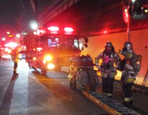 現場のマンション付近に集まった消防車(7月2日20時10分ごろ)