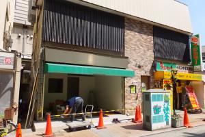 綱島西口駅前でオープン準備が進んでいる(7月6日撮影)
