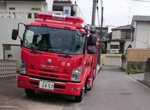 放火が起きた日吉1丁目の周辺で調査活動を行う消防車(読者提供)