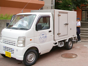 「ハマ弁」の専用車両で各学校に配達される