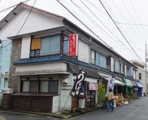 篠原町の住宅街「表谷(おもてや)地区」にある「御食事処スズキ」(写真の左側)