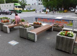 日吉駅東口に設置されたベンチと花壇